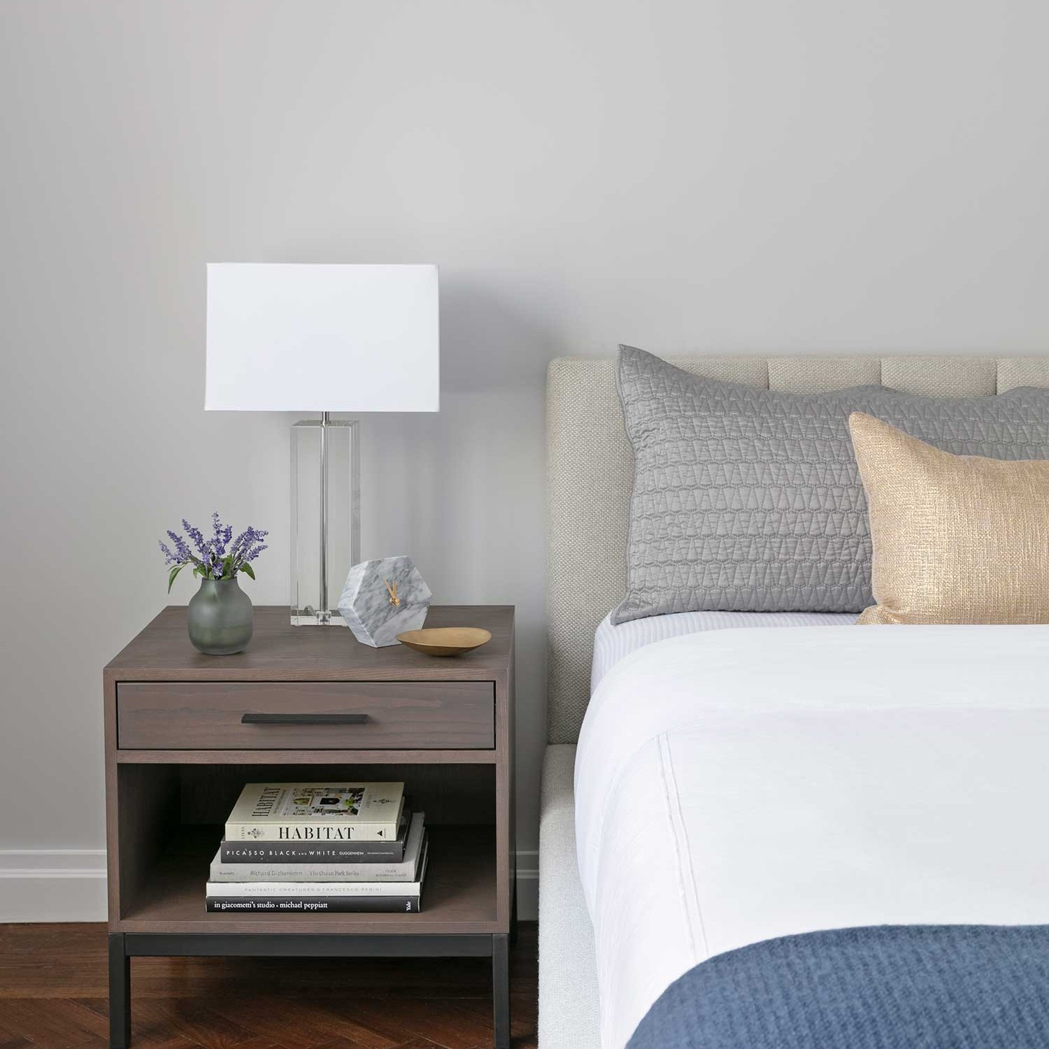 how to style a bed with decorative pillows