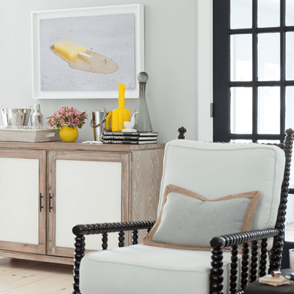 darci-hether-new-york_interior-designer_behind-the-scenes-of-a-haute-hamptons-home_gorgeous-living-room-with-artwork-and-bar-cart